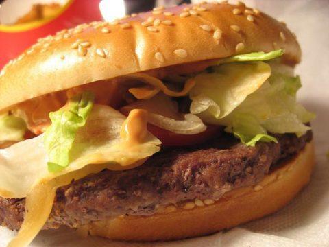 Одна из причин образования холестериновых бляшек – нездоровое питание.