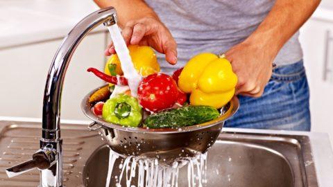 Мытье овощей, употребляемых в сыром виде – одна из мер профилактики отравлений