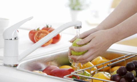 Фрукты и овощи нужно тщательно мыть перед употреблением