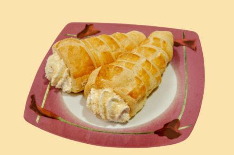 Несвежее пирожное с кремом
