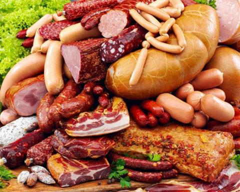 На фото мясная продукция, которая является основным источником развития ботулизма.