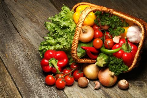 Овощи (на фото) и фрукты – идеальный вариант питания для очищения кишечника.