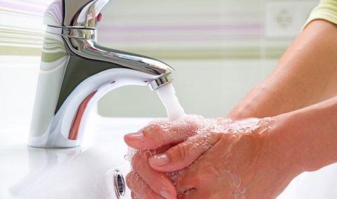 Необходимо как можно тщательнее промыть обожженную кожу
