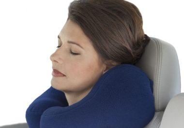 женщина с шейной подушкой