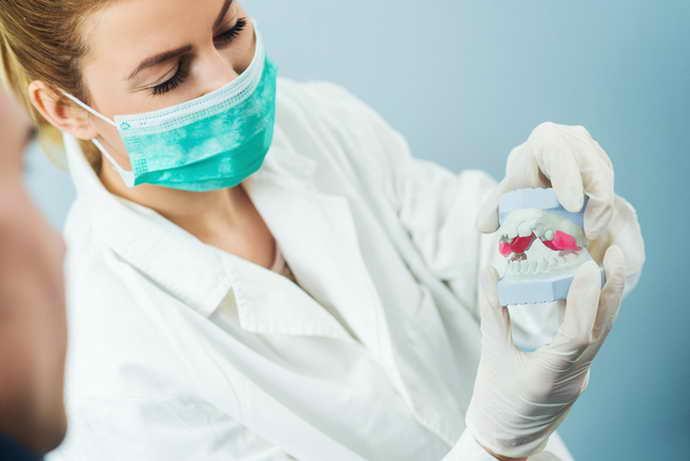 Изготавливают и устанавливают иммедиат протез поэтапно