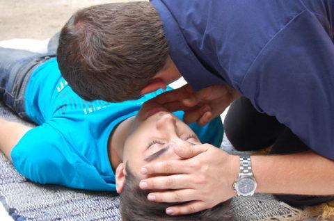 Если пострадавший не дышит, нужно начинать реанимационные мероприятия