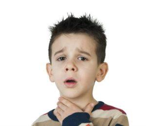 Ребенок держится за горло