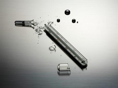 Разбитый градусник содержит 2 грамма ртути, что является смертельной дозой для человека.