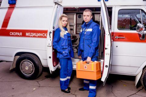 Первую помощь обычно оказывает бригада СМП