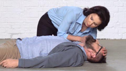 Если пострадавший без сознания, проводить промывание желудка опасно