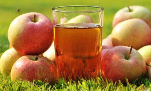 Яблочный сок – не только вкусный, но и очень полезный напиток, способствующий очищению организма.