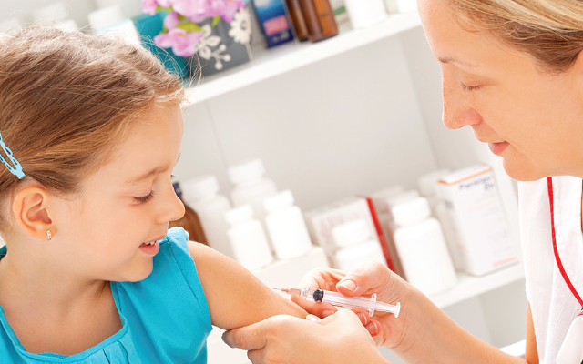 Врач делает прививку ребенку