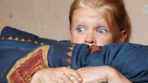 Девочка держит подушку