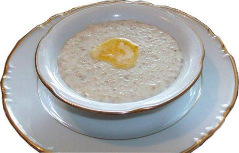 В течение первых суток в рационе должны присутствовать жидкие супы и каши, например, овсяная, представленная на фото