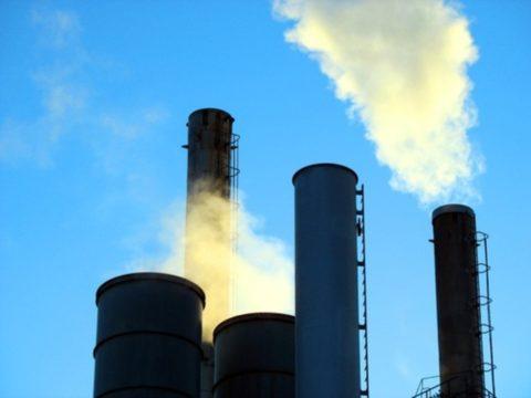 Вдыхание сернистого газа высокой концентрации приведет к расстройству речи, удушью, острому отеку легких. На фото изображено предприятие, которое выбрасывает в атмосферу дым с содержанием сернистого газа.