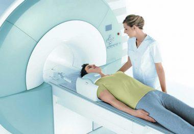 врач диагностирует остеохондроз