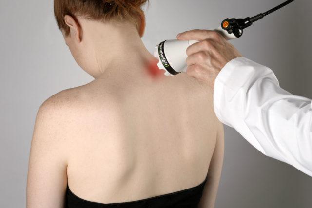 Девушка стоит спиной к доктору