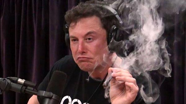 Илон Маск курит марихуану