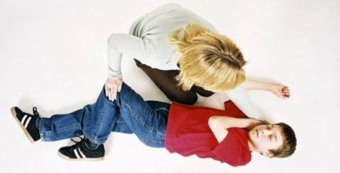 Если патология сопровождается тяжелыми симптомами, такими как на фото (потерей сознания), пострадавшему срочно требуется госпитализация.