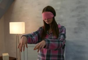 Девушка идет с закрытыми глазами