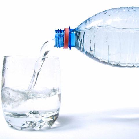 Промывание желудка чистой водой поможет удалить часть алкоголя, не всосавшегося в кишечнике