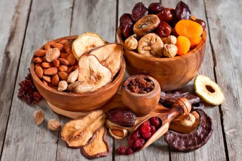 Для уменьшения тошноты следует съесть немного орехов или сухофруктов.