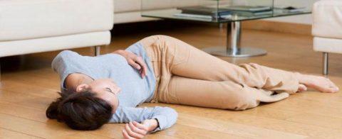 При обмороках пострадавшего следует уложить ровную поверхность и повернуть голову на бок.