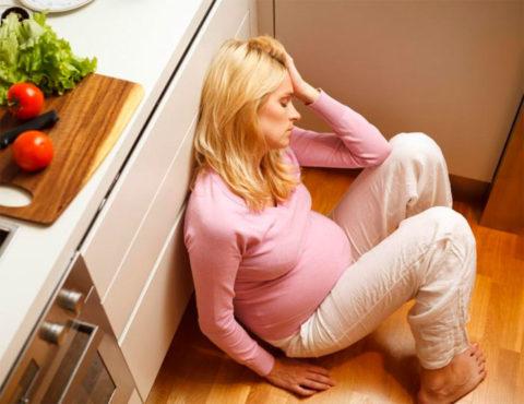 Раздражительность, слабость, плаксивость – одни из немногочисленных симптомов тиреотоксикоза.
