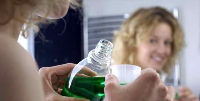 Чем полоскать рот при стоматите: аптечные и народные средства