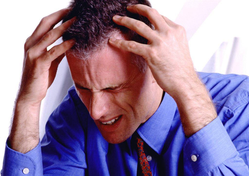 Утренние и вечерние головные боли – один из основных признаков засорения мозговых сосудов