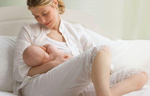 Прекращать грудное кормление во время болезни малыша (да и мамы) категорически нельзя