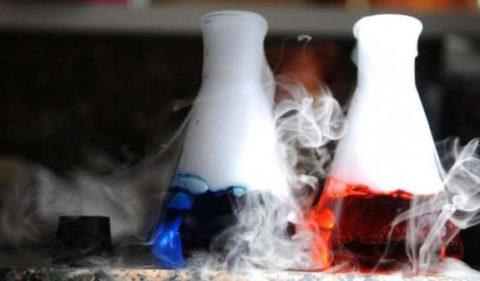 Наибольшая опасность отравления кислотами поджидает людей, контактирующих с ними в быту