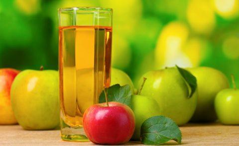 В течение недели перед проведением чистки следует пить только яблочный сок (на фото).