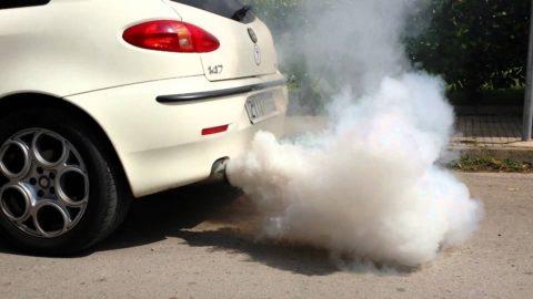 Длительное пребывание в задымленных местах может вызвать отравление выхлопными газами автомобиля.