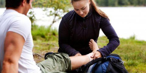 Наложите тугую повязку выше раны