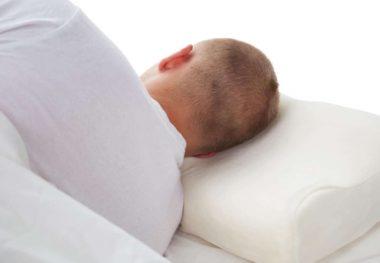 мужчина на ортопедической подушке