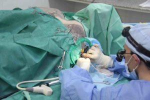 Врач делает операцию