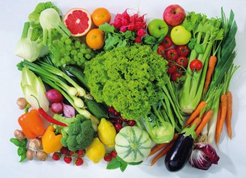 Свежие овощи и фрукты должны стать основой рациона
