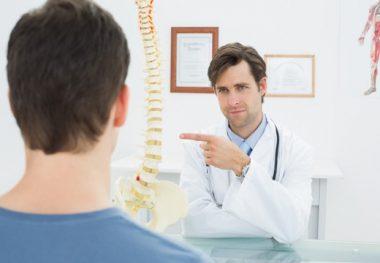 врач показывает причины остеохондроза