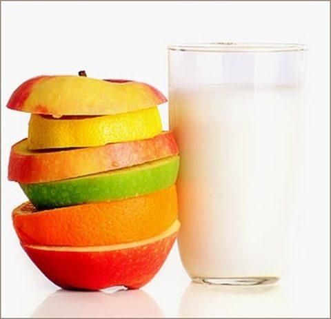 Кефир и фрукты (на фото) помогут очистить кишечник и кожу.