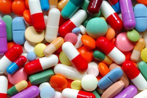 При употреблении большого количества лекарственных препаратов следует немедленно промыть желудок.