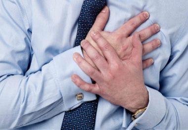 Руки на груди у мужчины
