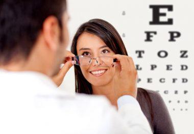 женщина меряет очки