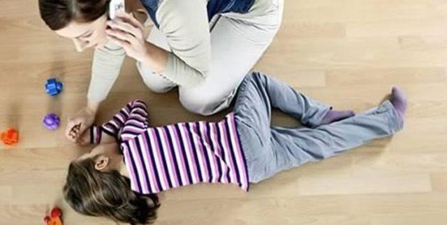 Девочка лежит на полу