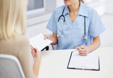 врач дает больничный