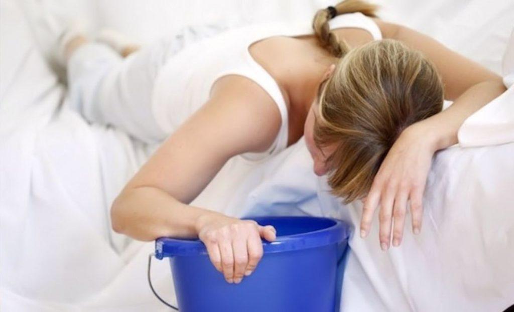 При интоксикации пищей и лекарствами, с момента которого прошло не более 30 получаса, промывание желудка – первоначальная задача