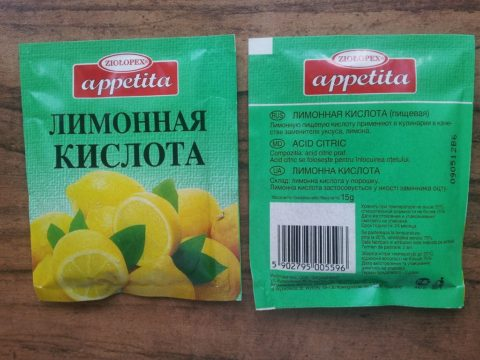 Лимонную кислоту добавляют в компоты и морсы, маринады и первые блюда, десерты и выпечку