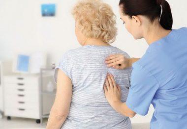 врач осматривает женщину