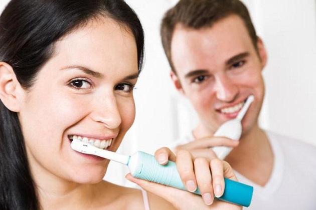 чистят зубы щеткой philips