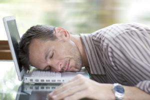 Мужчина спит на ноутбуке